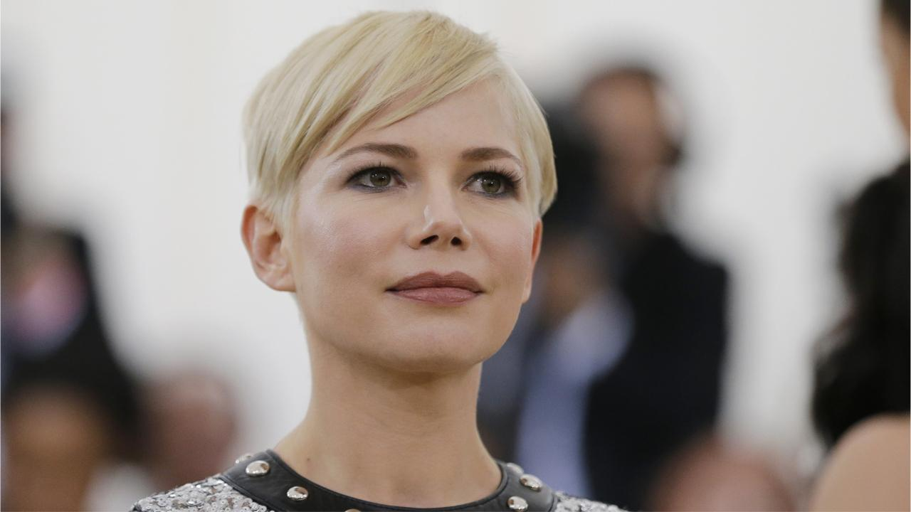 Michelle Williams s'est mariée en secret : le père d'Heath Ledger la félicite