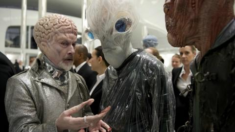 Les caméos de la saga Men in Black : Rick Baker, chef maquilleur de la trilogie, mais aussi de Star Wars (Men in Black III)