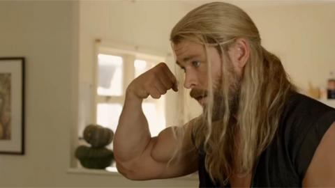 Chris Hemsworth en Thor (dans un court métrage Marvel)